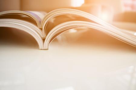 pile de magazines pile sur une table blanche dans le salon, gros plan