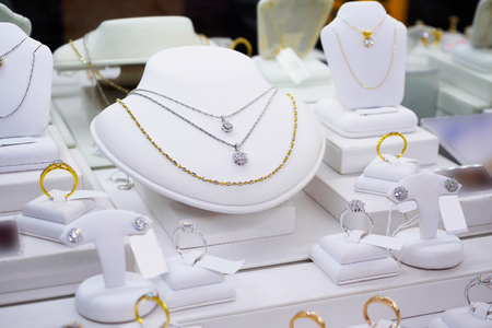 jewelry diamond gold shop with rings and necklaces luxury retail store window display showcase Banque d'images