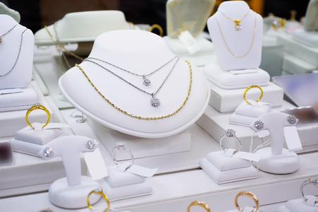 sklep z diamentami jubilerskimi z pierścieniami i naszyjnikami sklep z luksusowymi witrynami wystawowymi