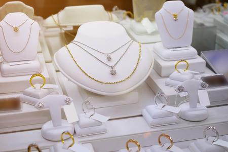 jewelry diamond gold shop with rings and necklaces luxury retail store window display showcase Zdjęcie Seryjne