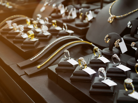 Gold jewelry diamond shop with rings and necklaces luxury retail store window display showcase Stockfoto