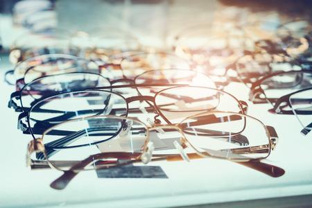 Brillen auf Schaufensterregalen im Optikspeicher Standard-Bild