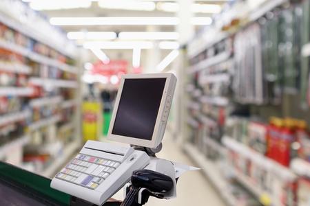 caisse caisse de supermarché avec terminal de paiement