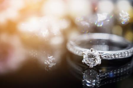Luxusschmuckdiamantringe mit Reflexion auf schwarzem Hintergrund Standard-Bild - 97819256