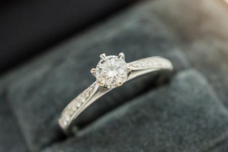 close up luxury wedding diamond ring in jewelry gift box Archivio Fotografico