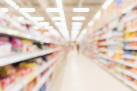 Priorità bassa defocused interna degli scaffali del negozio di sconto del supermercato della sfuocatura e degli scaffali astratti del prodotto