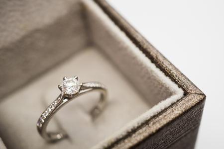 close up luxury wedding diamond ring in jewelry gift box Standard-Bild