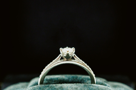 close up luxury wedding diamond ring in jewelry gift box Archivio Fotografico