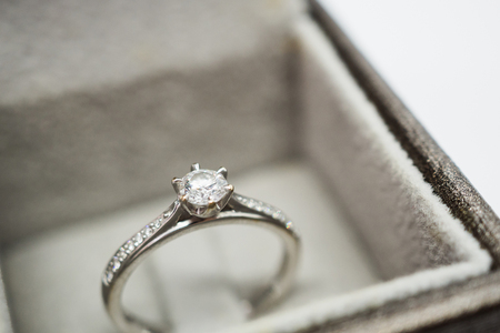 close up luxury wedding diamond ring in jewelry gift box Foto de archivo