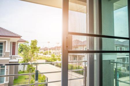 Malla de mosquitero en la ventana de la casa protección contra insectos Foto de archivo
