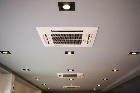 Moderno sistema de aire acondicionado tipo casete montado en el techo Foto de archivo