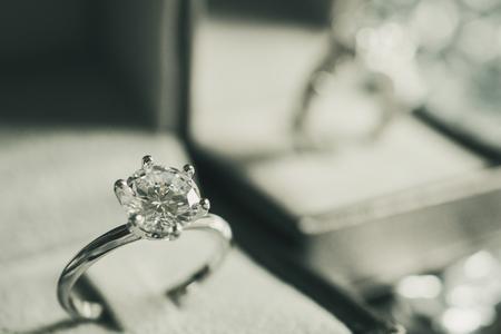 luksusowy pierścionek zaręczynowy z brylantem w pudełku z biżuterią z jasnym tłem bokeh