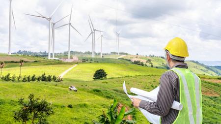 Operaio dell'ingegnere al cantiere della centrale elettrica della turbina di vento