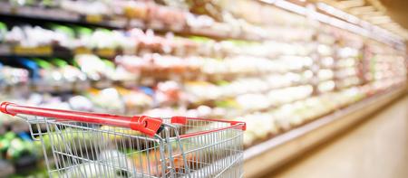 supermarkt-supermarkt met groenten en fruit planken interieur intreepupil achtergrond met lege rode winkelwagen