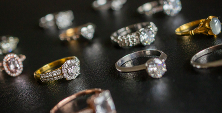 Jewelry diamond rings set on black background close up Stockfoto
