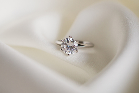 Jewelry wedding diamond ring close up 版權商用圖片 - 109141346