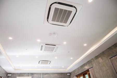 Moderno sistema de aire acondicionado tipo casete montado en el techo