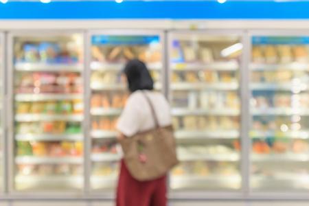 supermarket commercial refrigerators freezer showing frozen foods abstract blur background Banque d'images - 115440587