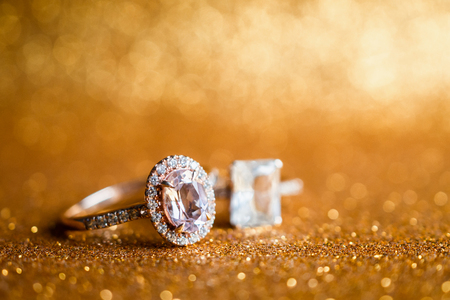 Jewelry diamond ring with abstract festive glitter Christmas holiday texture background blur with bokeh light 版權商用圖片