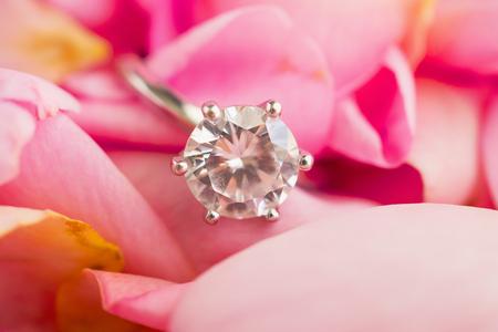 Jewelry diamond ring on beautiful pink rose petal background close up 版權商用圖片
