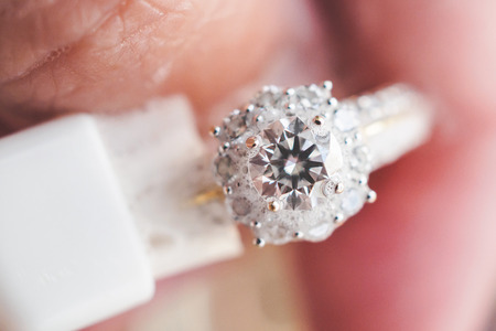 Jeweller hand cleaning and polishing vintage jewelry diamond ring closeup macro Banque d'images
