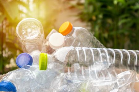 Botellas de plástico en caja de basura reciclada marrón