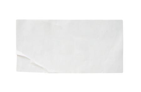 Étiquette autocollante en papier blanc isolé sur fond blanc