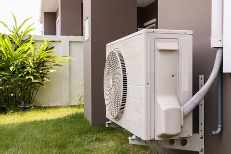 Unité extérieure de compresseur de climatiseur installée à l'extérieur de la maison Banque d'images