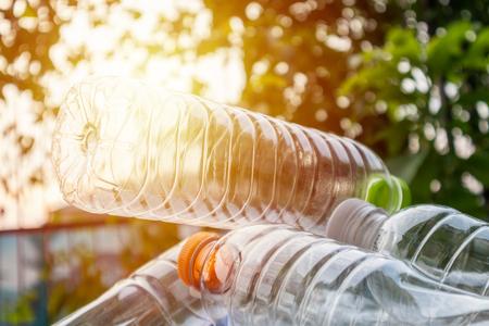 bottiglie di plastica per il riciclaggio del concetto di sfondo
