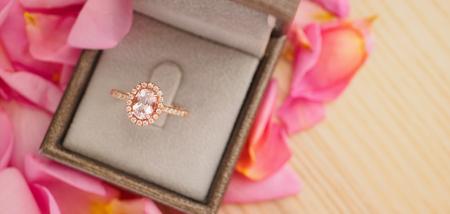elegant wedding diamond ring in jewelry box on beautiful pink rose petal background close up Zdjęcie Seryjne