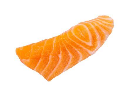 Filetto di sashimi di fetta di salmone crudo fresco isolato su sfondo bianco