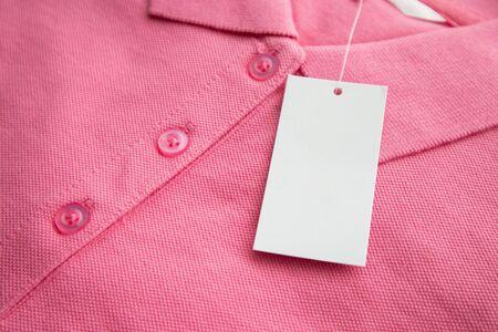 Pusta etykieta z białymi ubraniami na nowej koszuli
