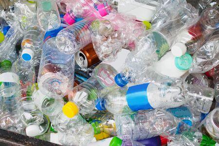 Botellas de plástico en la estación de reciclaje de basura cerrar Foto de archivo