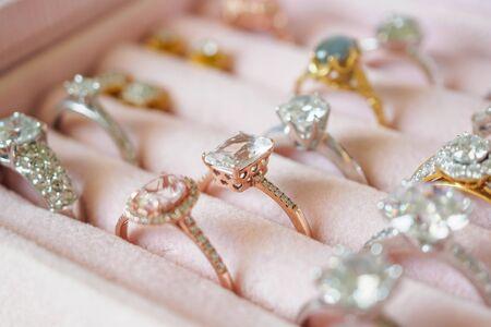 Joyas, anillos y pendientes de diamantes en caja.