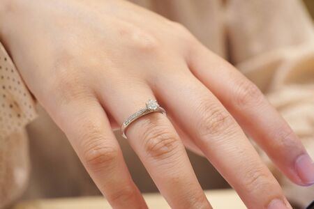 Close up diamond ring on woman finger Banco de Imagens