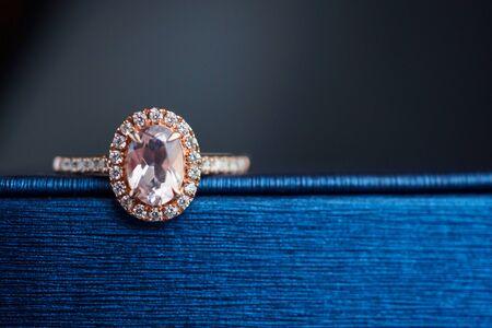 anillo de diamantes de oro de boda en joyero