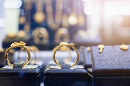 Schmuck goldene Ringe, Ohrringe und Halsketten zeigen im Schaufenster des Luxus-Einzelhandelsgeschäfts Standard-Bild