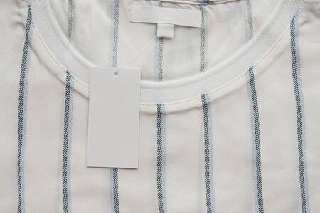 Leeg wit kledinglabel op nieuw shirt
