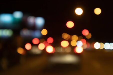 Il traffico notturno astratto sfoca lo sfondo con la luce del bokeh