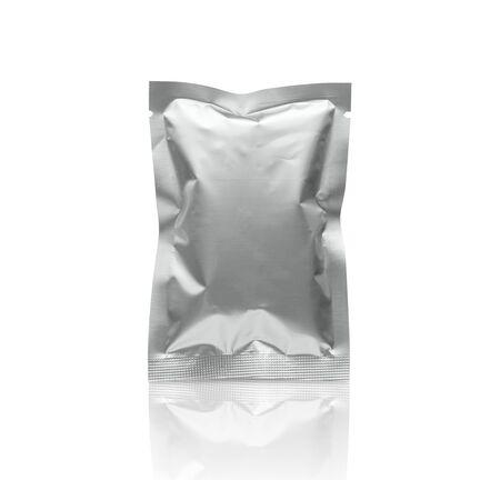 Leerer silberner Metallverpackungsfolienbeutel isoliert auf weißem Hintergrund mit Beschneidungspfad