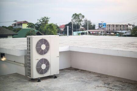 Unité extérieure de compresseur de climatiseur installée à l'extérieur du bâtiment Banque d'images