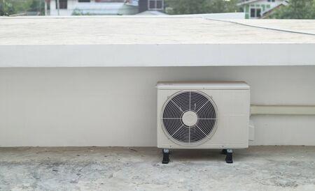 Unité extérieure de compresseur de climatiseur installée à l'extérieur du bâtiment