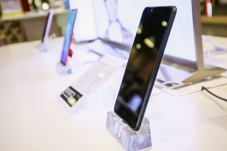 New mobile smartphone in telecommunication electronic store display showcase Zdjęcie Seryjne