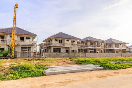 Nouvelle construction de maison sur le chantier de construction d'un domaine résidentiel avec nuages et ciel bleu