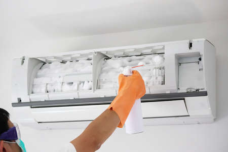 air conditioner cleaning with spray foam cleaner Standard-Bild