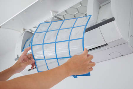 man hand hold air conditioner filter cleaning concept Banque d'images