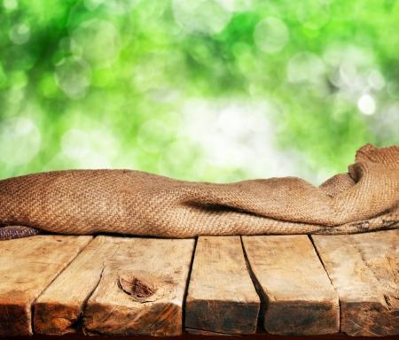 wood products: Vuoto tavolo di legno e sfondo sfocato verde. Grande per la visualizzazione montaggi di prodotti