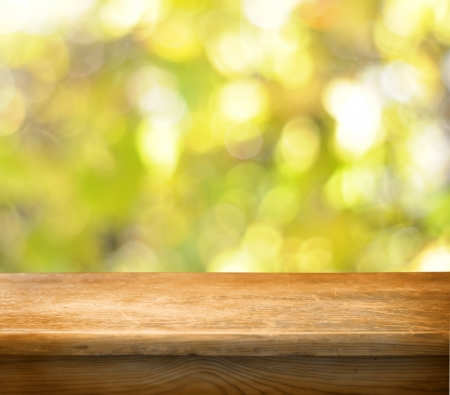 Mesa de madera vacío y fondo de otoño
