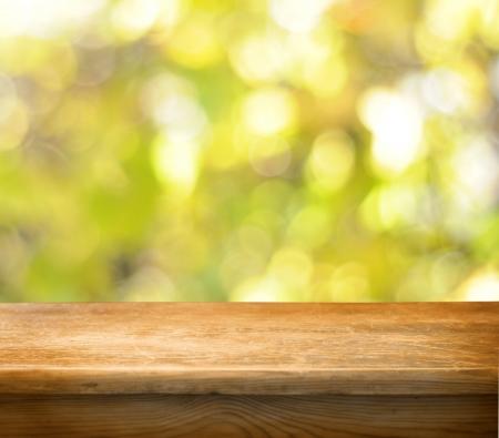 tabulka: Prázdný dřevěný stůl a na podzim pozadí
