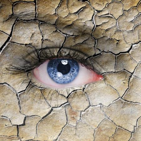 occhi tristi: Volto di donna con cracking modello marrone terra